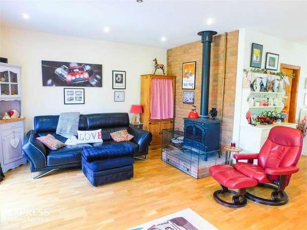 2 Bedrooms Detached Bungalow for sale in Station Road, Knaith Park, Gainsborough, Lincolnshire