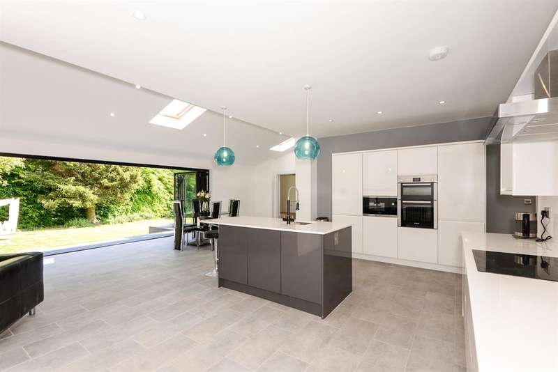 5 Bedrooms Detached House for sale in Hawksworth Lane, Guiseley, Leeds, LS20 8HA