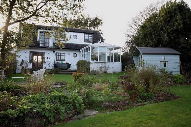 4 Bedrooms Detached House for sale in Seagrove Farm Road, Seaview, PO34 5HU