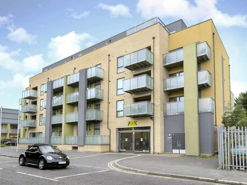 2 Bedrooms Penthouse Flat for sale in Scenix House, Chigwell Road