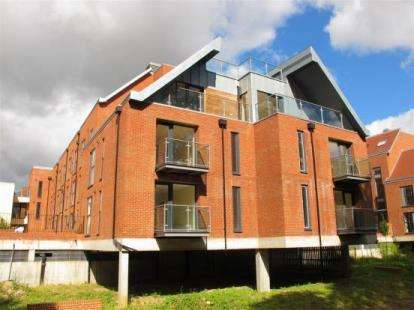 2 Bedrooms Flat for sale in Candleford Court, Buckingham, Buckinghamshire