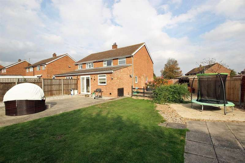 3 Bedrooms Semi Detached House for sale in Elm Close, Bedford