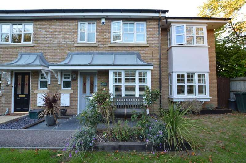 4 Bedrooms House for sale in Elderberry Close, The Avenue, Repton Park, IG6