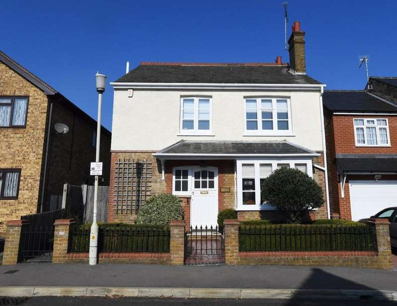 4 Bedrooms Detached House for sale in Rothesay Avenue, Chelmsford, CM2