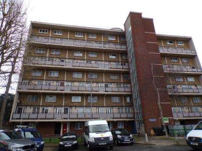 2 Bedrooms Flat for sale in Wadham House, College Close, Upper Edmonton, London
