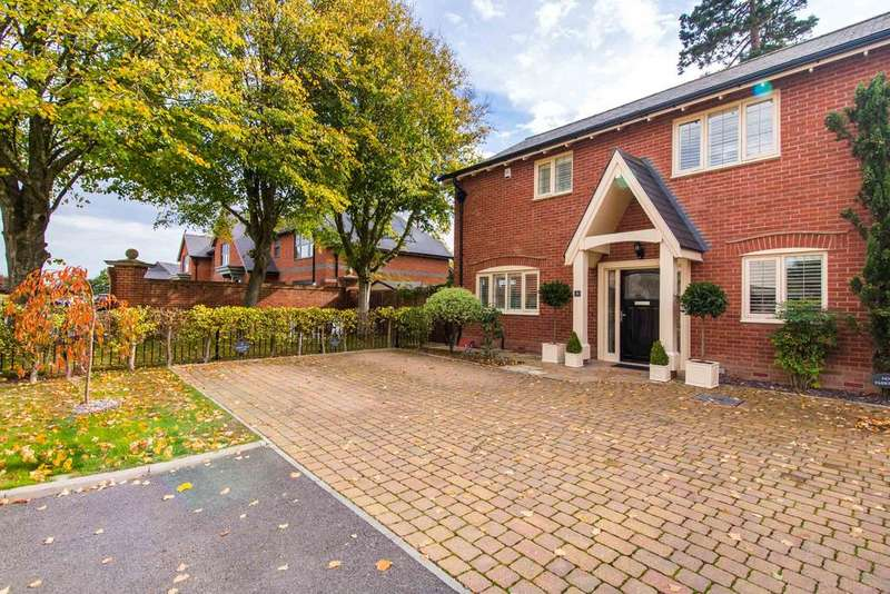 3 Bedrooms Semi Detached House for sale in Homefield Close, Winkton, Christchurch BH23