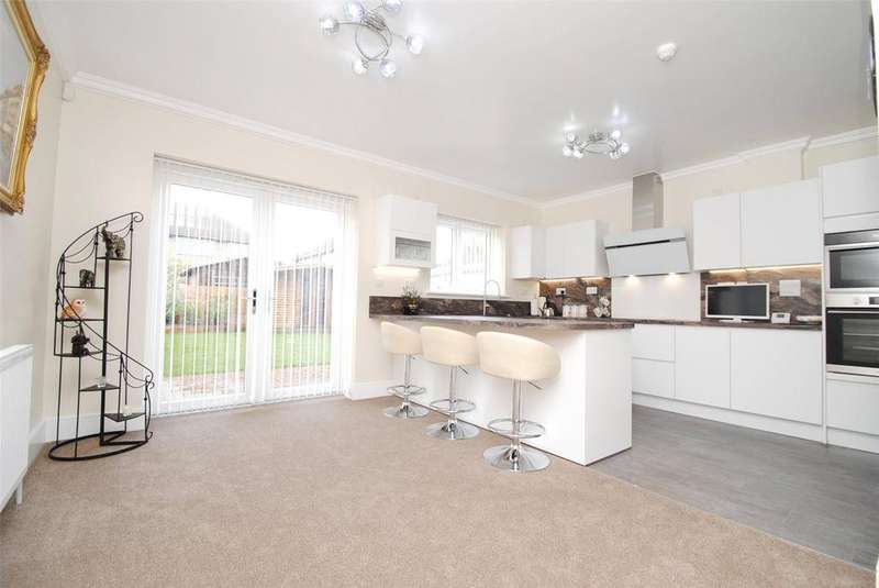 5 Bedrooms Semi Detached House for sale in Trent Avenue, Upminster, RM14