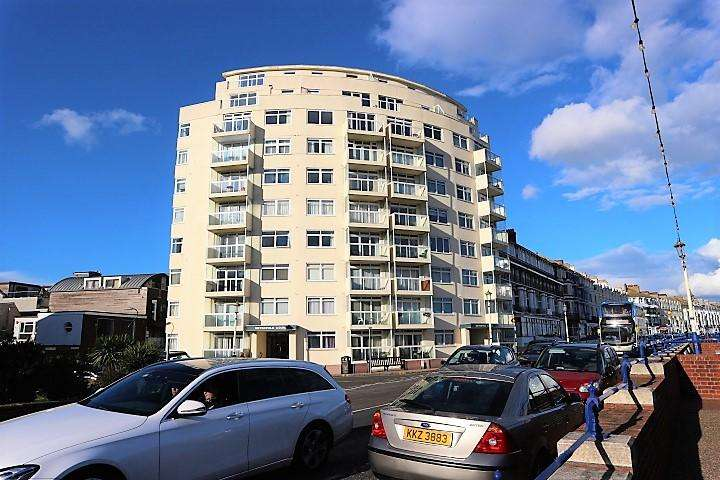 3 Bedrooms Flat for sale in Royal Parade, Eastbourne BN22