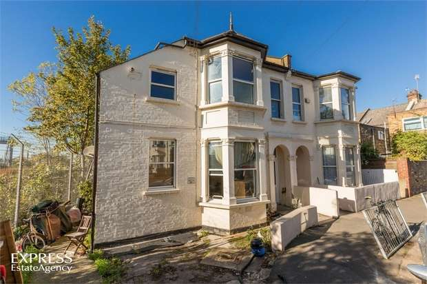 2 Bedrooms Flat for sale in Clifton Road, London