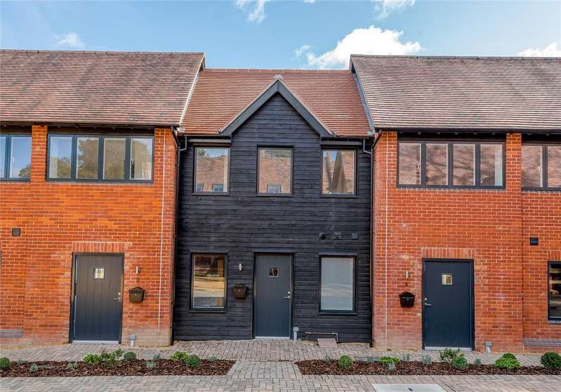 2 Bedrooms Terraced House for sale in High Street, Odiham, Hook, Hampshire