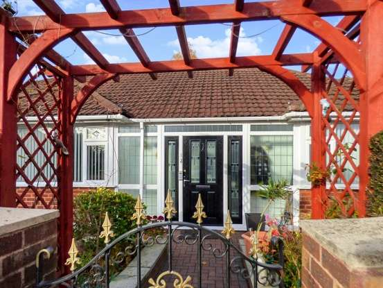 3 Bedrooms Detached Bungalow for sale in Thornham Road, Sale, Cheshire, M33 4RW
