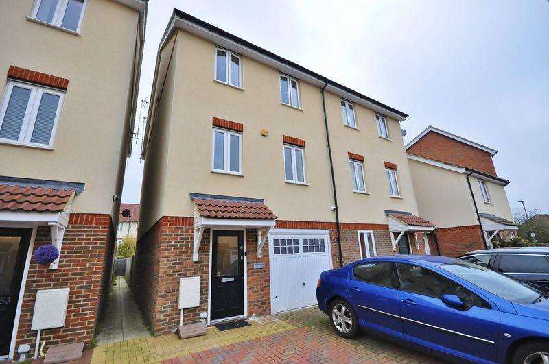 4 Bedrooms Semi Detached House for sale in Robinia Road, Broxbourne