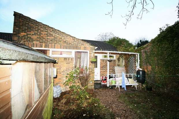 3 Bedrooms Terraced House for sale in Westminster Gardens, Dunstable, Bedfordshire, LU5 5RU