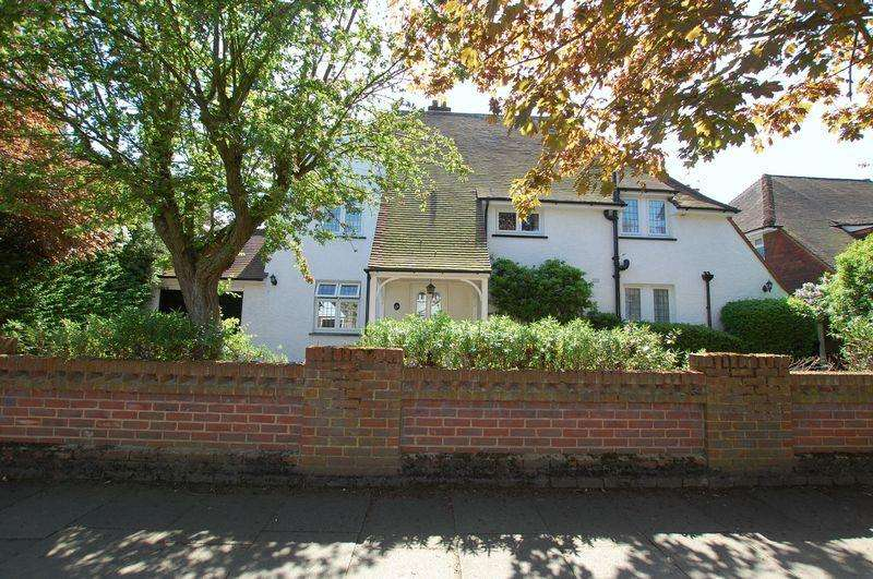 5 Bedrooms Detached House for sale in College Avenue, Grays