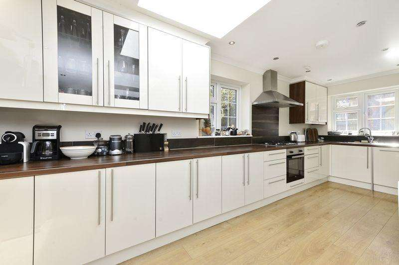 5 Bedrooms Terraced House for sale in Stunning 5 Bedroom End of Terrace house
