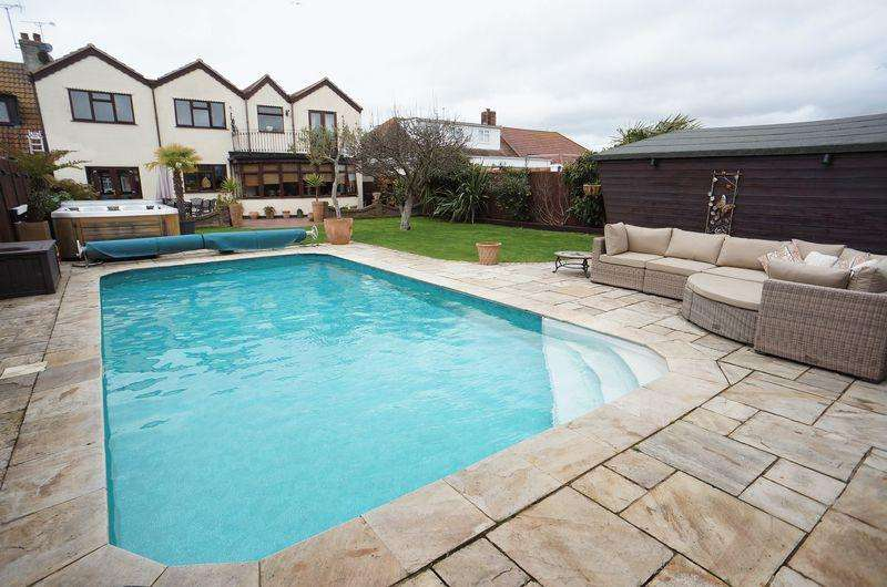 4 Bedrooms Semi Detached House for sale in Limburg Road, Canvey Island