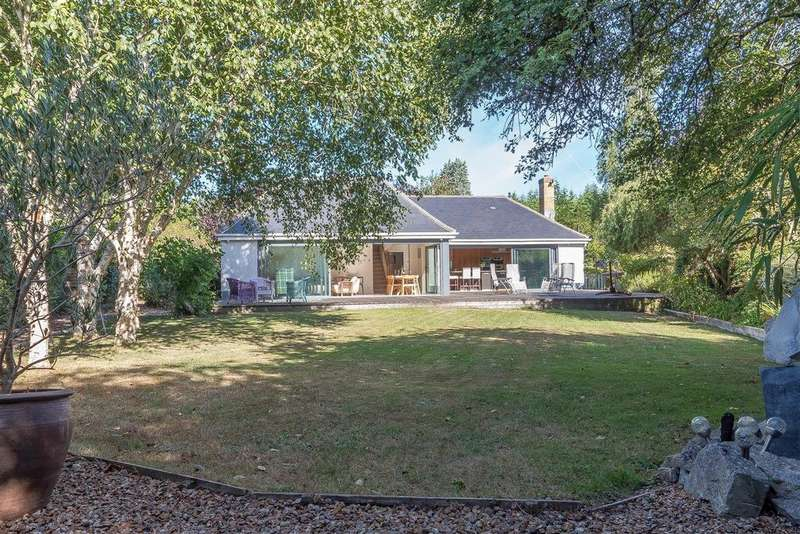 5 Bedrooms Detached House for sale in Old Acres Lane, Charvil, Reading