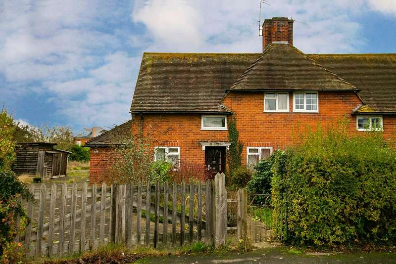 3 Bedrooms Semi Detached House for sale in Lambfields, Theale, Reading