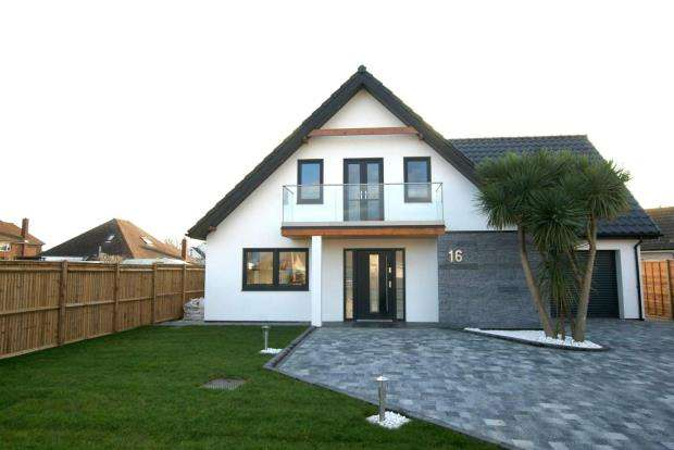 4 Bedrooms Detached House for sale in Eastoke Avenue, Hayling Island