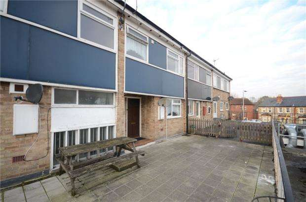 3 Bedrooms Maisonette Flat for sale in Crockhamwell Road, Woodley, Reading