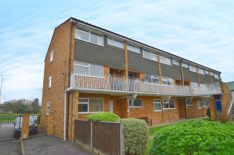 3 Bedrooms Maisonette Flat for sale in Gibson Court, Ditton Road, Langley, SL3