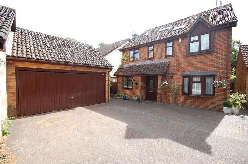 5 Bedrooms Detached House for sale in Sydenham Close, Marshalls Park, Essex, RM1