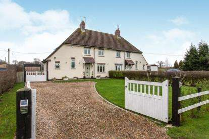 3 Bedrooms Semi Detached House for sale in Bridge Cottages, Winsford Road, Wettenhall, Cheshire
