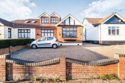 3 Bedrooms Bungalow for sale in Ilford, Essex, United Kingdom
