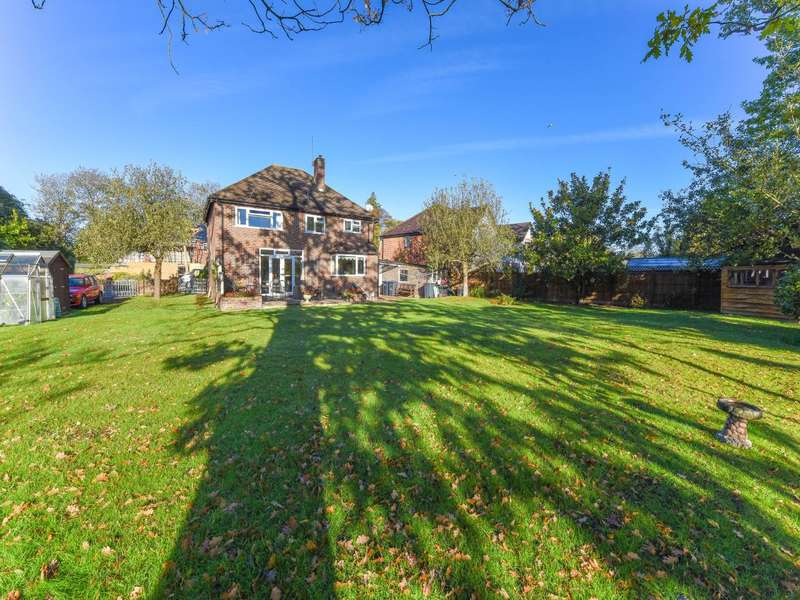 4 Bedrooms Detached House for sale in Abbey Gardens, Chertsey,