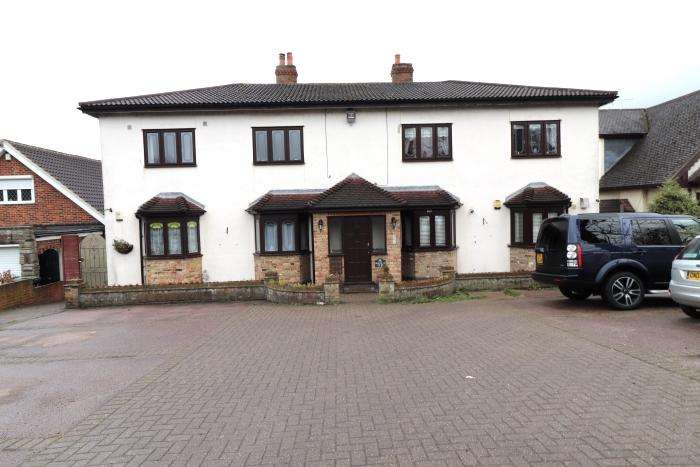 2 Bedrooms Ground Flat for sale in WOODVILLE COURT, TYSEA HILL, STAPLEFORD ABBOTTS RM4