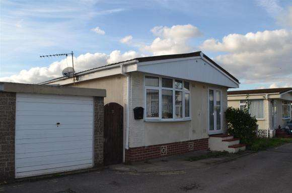 2 Bedrooms Property for sale in Mere Oak Park, Three Mile Cross, Reading