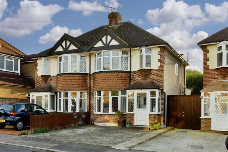 3 Bedrooms Semi Detached House for sale in Romney Close, Chessington, Surrey
