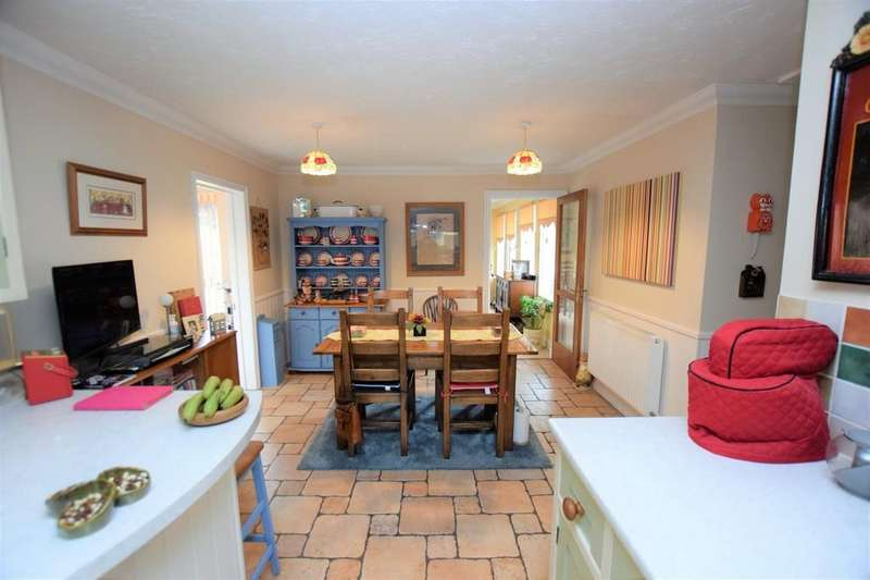 6 Bedrooms Detached Bungalow for sale in Rectory Road, Farnborough