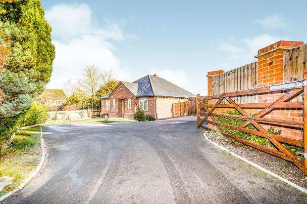3 Bedrooms Bungalow for sale in Brimpton, Reading, Berkshire