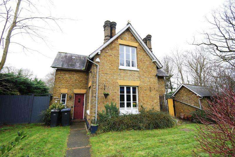 2 Bedrooms Detached House for sale in North Lodge, Stackfield, Harlow, Essex