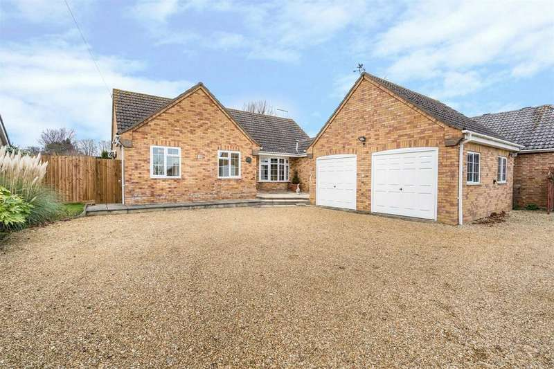 3 Bedrooms Detached Bungalow for sale in Tunkers Lane, Bury