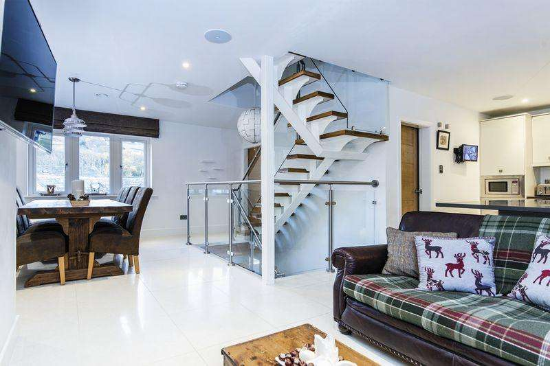 5 Bedrooms Detached House for sale in Forge House, 3 Excelsior Close, Ripponden HX6 4DD