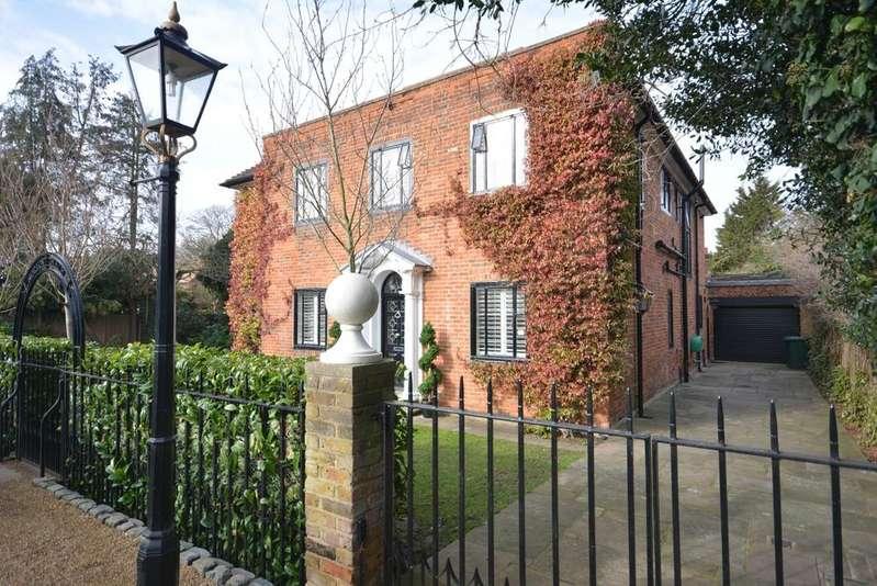5 Bedrooms Detached House for sale in Gidea Close, Exhibition Estate, Gidea Park RM2