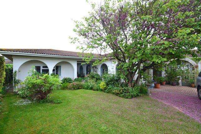 4 Bedrooms Detached Bungalow for sale in Ferring Close, Ferring, BN12 5QT