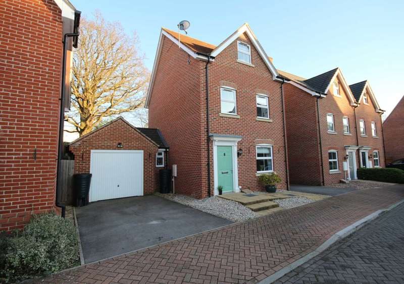 3 Bedrooms Detached House for sale in Critcher Close, Jennetts Park