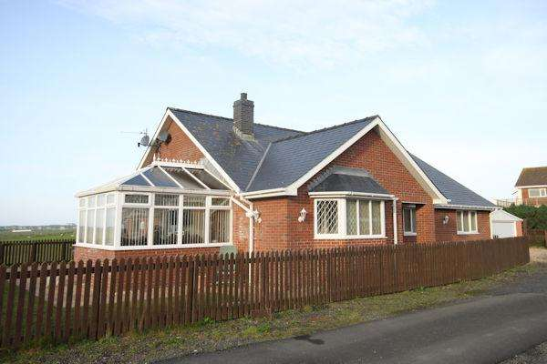 3 Bedrooms Detached Bungalow for sale in Tywyn LL36
