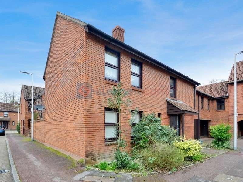4 Bedrooms Semi Detached House for sale in Avon Way, South Woodford E18