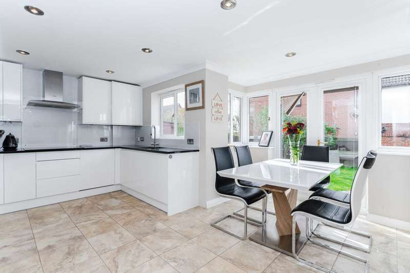5 Bedrooms Detached House for sale in Badgers Gate, Dunstable