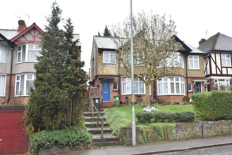 3 Bedrooms Semi Detached House for sale in Farley Hill, Luton