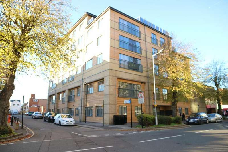 2 Bedrooms Flat for rent in Pechiney House, The Grove, Slough, Berkshire, SL1