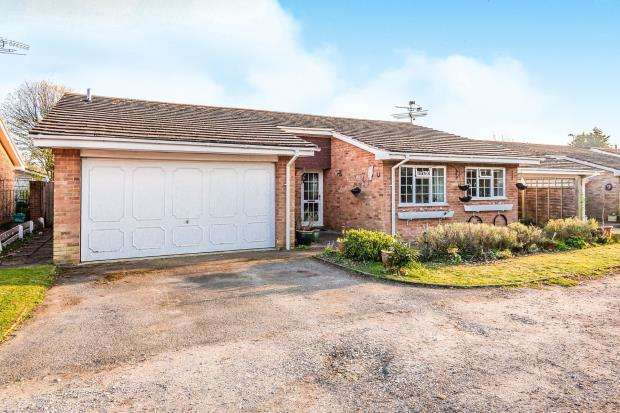 4 Bedrooms Bungalow for sale in Pamber Heath, Tadley, Hampshire