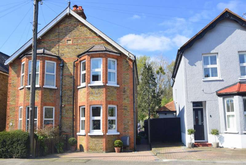3 Bedrooms Semi Detached House for sale in Albany Road, Old Windsor, SL4