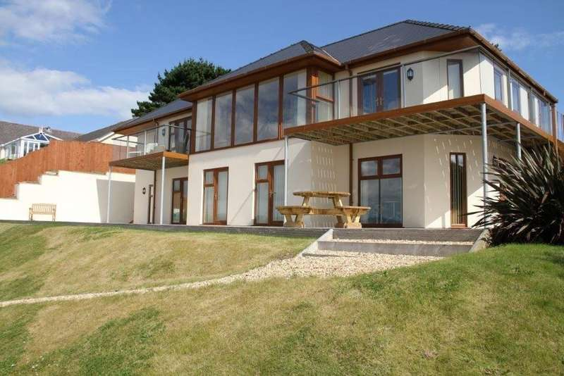 5 Bedrooms Detached House for sale in Pembroke Dock, Pembrokeshire