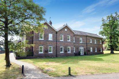 2 Bedrooms Flat for sale in The Courtyard, Holwood Estate, Westerham Road, Keston