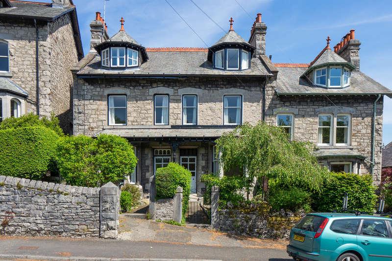 4 Bedrooms Terraced House for sale in 72 Gillinggate, Kendal, Cumbria, LA9 4JB